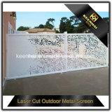 Laser, der dekorativen perforierten Blech-Garten-Zaun schneidet
