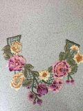 Detalles de la flor del bordado con las piedras para hacer la ropa