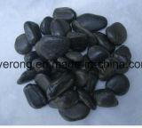 磨かれた表面が付いている黒い楕円形の小石の石