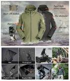 黒人男性の屋外ハンチングキャンプの羊毛の戦術的なジャケットのコート