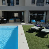 Touche programmable de 40mm pelouse artificielle sur les côtés de la piscine