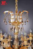Lámpara cristalina tradicional con el brazo de cristal