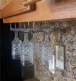 Под шкафом чашки стекла вина нержавеющей стали шкафа вися