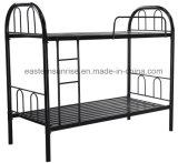 学校の寮の二段ベッドの倍の金属の二段ベッド