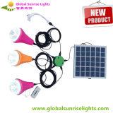 Usos múltiplos da lâmpada da energia solar, como uma luz, como um brinquedo de controle remoto, como um carregador do telefone móvel