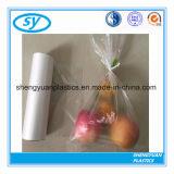 Sacs clairs en plastique d'emballage de nourriture sur le roulis