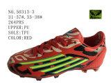 Numéro 50313 quatre chaussures d'action du football de gosses de couleurs lacent vers le haut