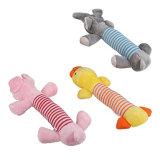 Le pet de mâcher les jouets en peluche