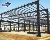 Almacén de acero moderno profesional de la construcción con el entresuelo