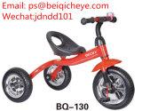 O carro dos brinquedos das crianças do triciclo do bebê caçoa o triciclo