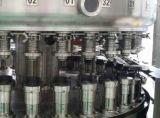 Latte gassose della bevanda che riempiono e che sigillano macchina