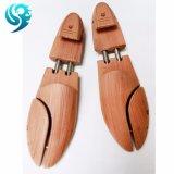 人は心配のサイズによって調節されるヒマラヤスギの靴の木の固体に蹄鉄を打つ