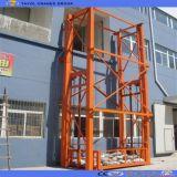 Plataforma fixada na parede vertical do elevador da carga do armazém