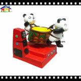 Giro dell'interno del gioco della galleria dei capretti del campo da giuoco del piccolo parco di divertimenti del panda