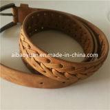 Courroie en cuir classique de Brown avec la boucle de trou