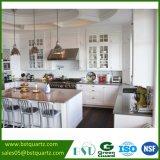 Luz - bancada cinzenta da cozinha, pedra projetada de quartzo