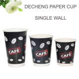 Tazza di caffè calda di carta a gettare isolata poco costosa del commestibile