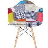 布のクッションのArmrestが付いている軸受けの回転イスを食事している現代Chaiseのチューリップ