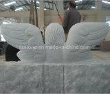 كتاب بيضاء رخاميّة مع ملاك تمثال نصب