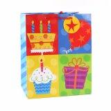 A roupa da loja do bolo de aniversário calç os sacos de papel do presente da forma do brinquedo
