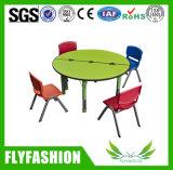 幼稚園の学校の椅子が付いている木の円形の教室の子供表
