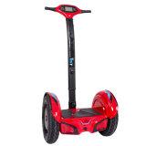 Individu équilibrant le scooter électrique de Hoverboard