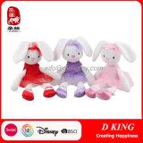 詰められた赤ん坊のウサギによって編まれる柔らかいプラシ天のおもちゃの人形
