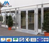 Tienda clara grande con las paredes transparentes