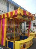 Lanzando el anillo al lazo la máquina de juego del carnaval de la botella