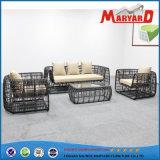 Для использования вне помещений диван удобный набор плетеной мебели