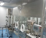 Enchimento da solução da infusão e máquina tapando de borracha