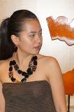 Dos capas de collar con la plaza de la resina y los pendientes y de la joyería