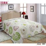 Housse de lit matelassé en polyester à la maison