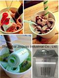 平らな鍋は氷、鍋によってを揚げられているアイスクリーム機械揚げた