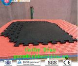 Die blockierengymnastik, die Gleitschutzgummibodenbelag-Gymnastik-Bodenbelag-Matte ausbreitet, Sports Gummibodenbelag