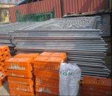 鉄のワイヤーによって溶接される金網の塀