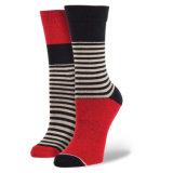 Beunruhigte verblassene Socken-ungerade farbige strickende Socke in den Nadelstreifen-Mann-Frauen-Form-Art-flippigen Socken