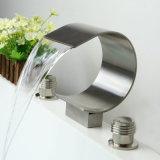 Le double balayé par nickel traite le robinet de bassin de salle de bains de cascade à écriture ligne par ligne