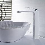 Cromo y grifos pintados blancos asados a la parilla para el cuarto de baño