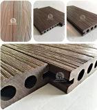Un Decking composé en plastique en bois plus stable de coextrusion de nouveau produit