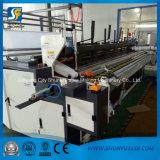 Rodillo enorme de la máquina del papel higiénico el rebobinar que convierte las pequeñas máquinas del rodillo