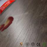 La nueva mano del color raspó el suelo del laminado de madera de la decoración