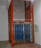 Piattaforma dell'elevatore del magazzino con il portello