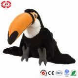 Noir de Toucan reposant le jouet mou bourré pelucheux d'oiseau de peluche mignonne