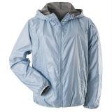 屋外のジャケットの柔らかいシェルの銀