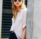 方法は女性の偶然の長い袖の軽くて柔らかいブラウスのワイシャツに緩く着せる