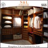 Grosser hölzerner Garderoben-Wandschrank mit Glastüren