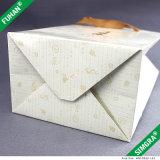 Profestional hace el bolso de compras de papel reutilizable
