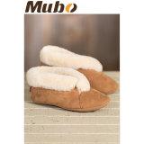 A pele de carneiro pura confortável calç sapatas internas das mulheres do deslizador