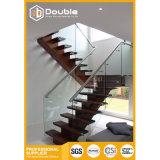 Escadas de madeira do passo com a escadaria moderna dos trilhos de vidro